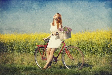 Photo pour Girl on a bike in the countryside. - image libre de droit