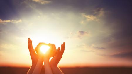 Photo pour Two hands on sunsut. - image libre de droit