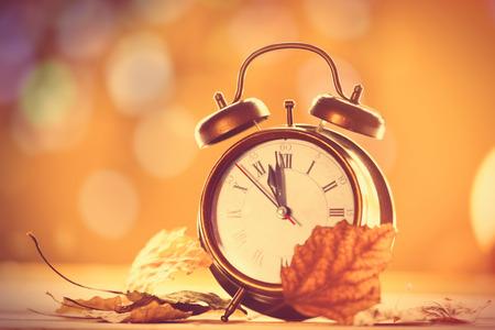 Photo pour Vintage alalrm clock on yellow background with bokeh - image libre de droit