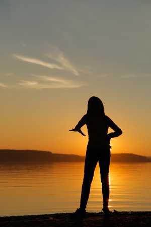 Photo pour Girl at sunset on the beach engaged in fitness - image libre de droit