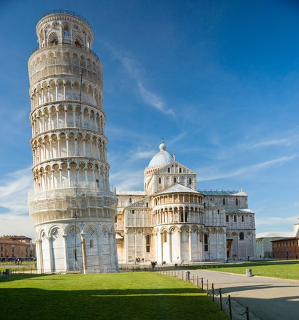 Photo pour Pisa, Piazza dei miracoli, with the Basilica and the leaning tower. Shot with polarizer filter. - image libre de droit