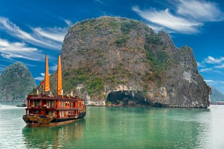 Photo pour Halong Bay, Vietnam. Unesco World Heritage Site. Most popular place in Vietnam. - image libre de droit