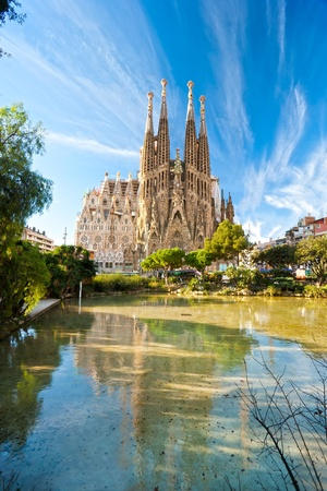 Foto de BARCELONA, SPAIN - DECEMBER 14: La Sagrada Familia - the impressive cathedral designed by Gaudi, which is being build since 19 March 1882 and is not finished yet December 14, 2009 in Barcelona, Spain. - Imagen libre de derechos