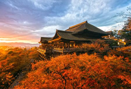 Photo pour Autumn Color at Kiyomizu-dera Temple in Kyoto, Japan - image libre de droit