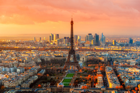 Foto de Wide angle view of Paris at twilight. France. - Imagen libre de derechos