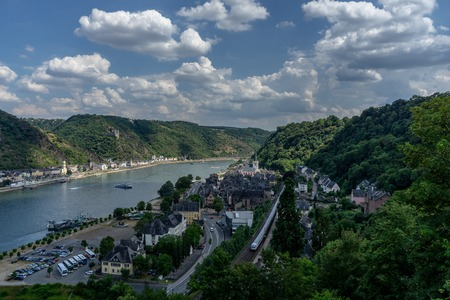 Foto de View to the german village St. Goarhausen with the river rhine and castle Katz - Imagen libre de derechos