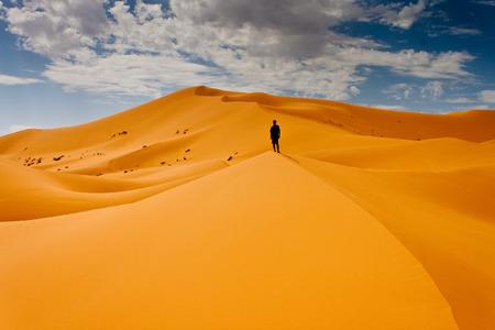 Foto de Man lost in desert dunes - Imagen libre de derechos