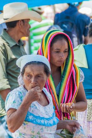 Photo pour SAN MANUEL DE COLOHETE, HONDURAS - APRIL 15, 2016: Local indigenous people at a market. There is a big market in this village twice a month. - image libre de droit