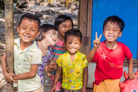 Foto de BAGO, MYANMAR - DECEMBER 10, 2016: Group of smiling local children in Bago town - Imagen libre de derechos