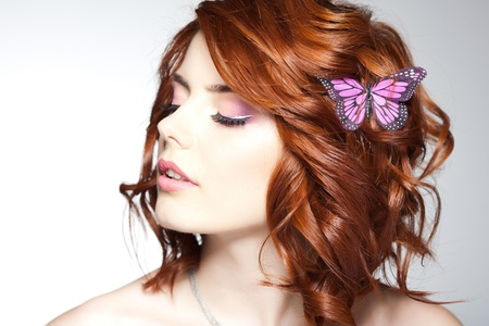Photo pour pretty woman with a butterfly in her hair - beauty shot - image libre de droit