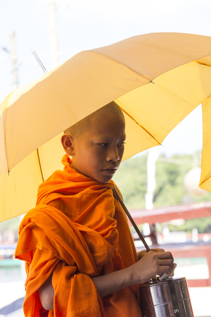 Foto de Sihanoukville, Cambodia - April 30: Unidentified Buddhist monk in fron of the sea in Sihanoukville on April 30, 2014 - Imagen libre de derechos