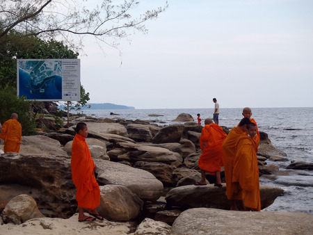 Foto de Sihanoukville, Cambodia - April 28: Unidentified Buddhist monks in fron of the sea in Sihanoukville on April 28, 2014 - Imagen libre de derechos