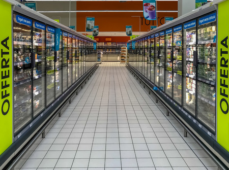 Foto per row of freezers at the supermarket - Immagine Royalty Free