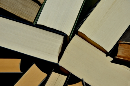 Foto de Hardcover books pile seen from above - Imagen libre de derechos