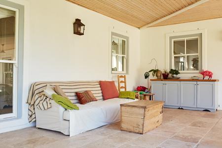 Photo pour Outdoor entertainment area of a contemporary suburban home - image libre de droit