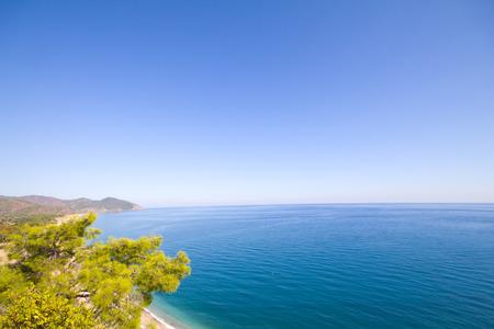 Foto de sea a beach and mountains from height - Imagen libre de derechos