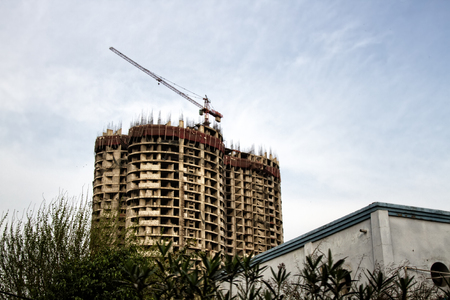 Photo pour Erection of buildings. Rapid growth of residential and industrial construction in India. Indian construction of concrete buildings, multi-storey house - image libre de droit