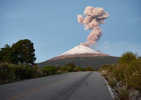 Photo pour Column of smoke on Popocatepetl volcano seen from the street Ruta de Evacuación, puebla, Mexico - image libre de droit