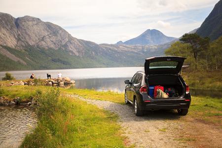 Photo pour Family vacation on Myrdal lake (Myrdalsvatnet), Folgefonna National Park, Norway - image libre de droit