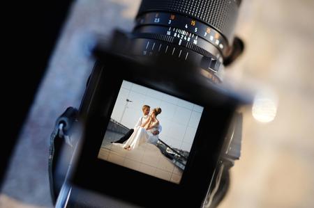 Foto de Shooting a wedding with a vintage oldschool camera - Imagen libre de derechos