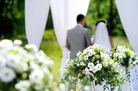 Foto de White flowers decorations during outdoor wedding ceremony - Imagen libre de derechos