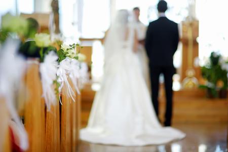 Photo pour Beautiful flower wedding decoration in a church during catholic wedding ceremony - image libre de droit