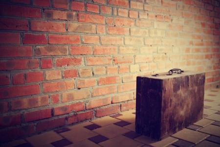 Foto de Retro brown wooden suitcase - Imagen libre de derechos