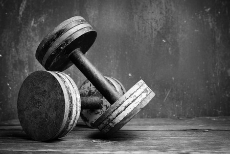 Photo pour Old  dumbbells, bw photo - image libre de droit