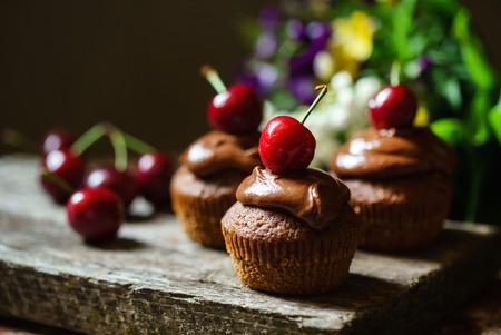 Photo pour cherry cupcakes - image libre de droit