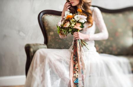 Photo pour nice bride with flowers - image libre de droit