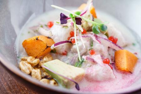 Photo pour Sevice with salmon and mango - image libre de droit