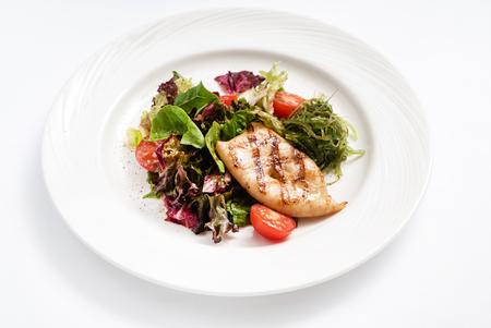Photo pour grilled calamari with salad - image libre de droit