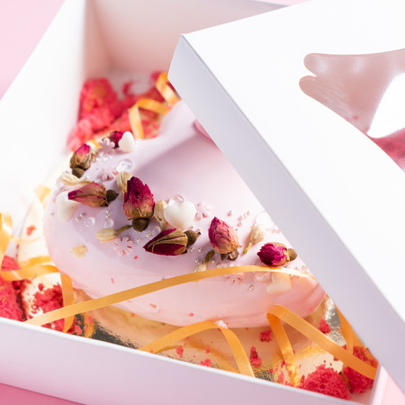 Foto de Cake with strawbery in the shape of heart on Valentine's Day - Imagen libre de derechos