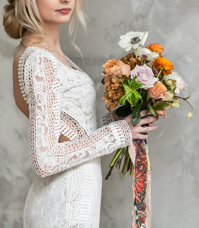 Photo pour nice young bride with flowers - image libre de droit