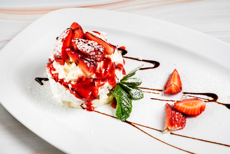 Foto de Dessert with strawberries and ice cream - Imagen libre de derechos
