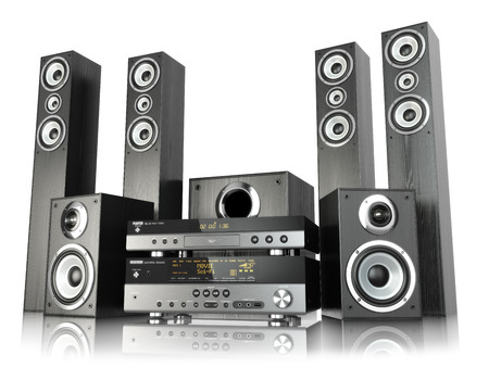 Foto de Home cinema speaker system. Loudspeakers, player and receiver isolated on white. 3d - Imagen libre de derechos