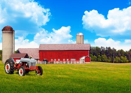 Photo pour American Traditional Country Farm with Blue Cloudy Sky - image libre de droit