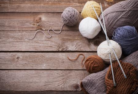Foto de Knitting and knitting needles on a wooden surface - Imagen libre de derechos