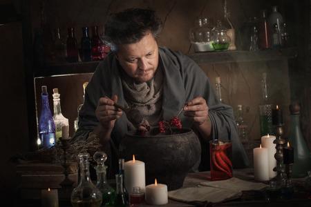 Foto de alchemist at the table - Imagen libre de derechos