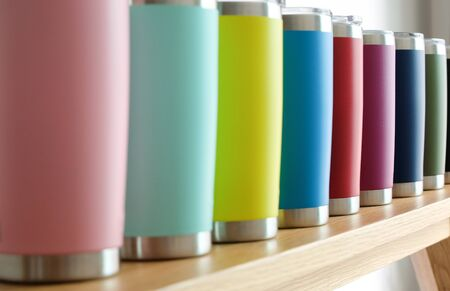 Foto de Various colors of stainless steel tumblers are used to keep cool or hot. Help reduce global warming. - Imagen libre de derechos