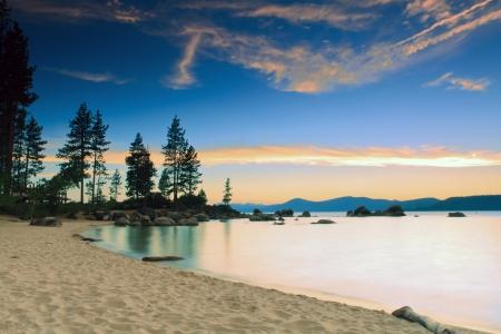 Photo pour Lake Tahoe after sunset - image libre de droit