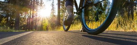 Foto de Biking at sunset - Imagen libre de derechos