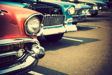 Photo pour Classic cars in a row - image libre de droit