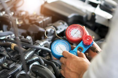 Photo pour Check car air conditioning system refrigerant recharge - image libre de droit