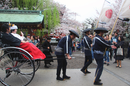 Photo pour A japanese wedding in the Asakusa temple - image libre de droit