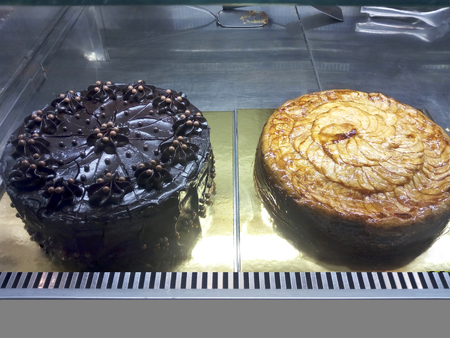 Foto de Chocolate cake and apple cake inside a showcase - Imagen libre de derechos