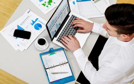 Foto de Working on finances - Imagen libre de derechos