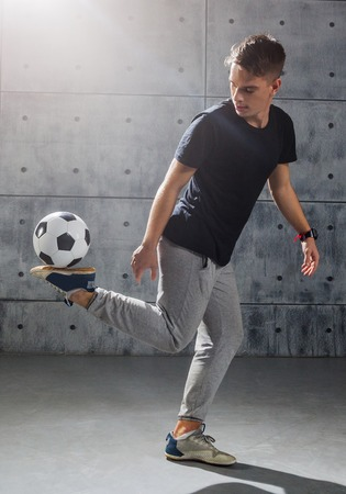 Photo pour Young man practices with soccer ball - image libre de droit