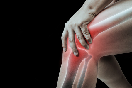 Foto de knee injury in humans .knee pain,joint pains people medical, mono tone highlight at knee . - Imagen libre de derechos
