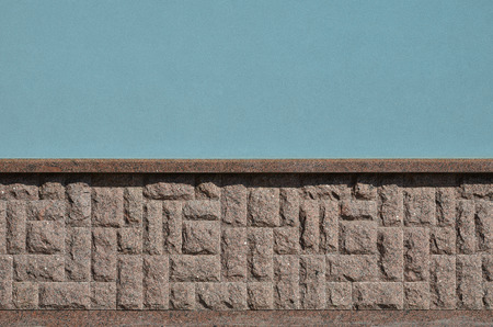 Photo pour The horizontal texture of the foundation in the form of a mosaic made of a dark, coarse and strong granite stone in the sunlight outdoors - image libre de droit
